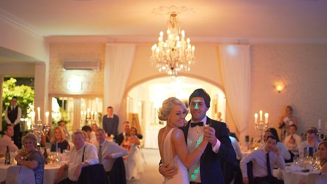 Tanzendes Hochzeitspaar im Festsaal